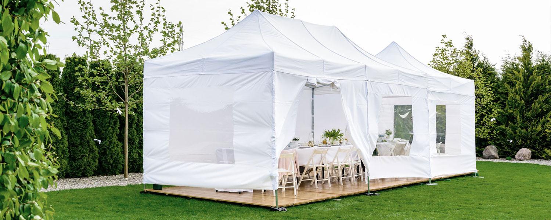Festlich dekoriertes Zelt im Garten