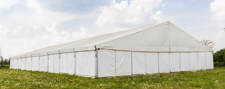 Großes Zelt ohne Fenster auf einer Wiese